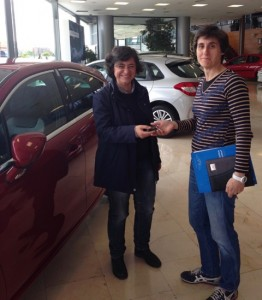 Luisa en la entrega de su coche